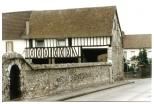 Ancienne maison porche d'un grand ensemble agricole qui se trouvait sur les actuelles rues des Harkis et Pasteur.
